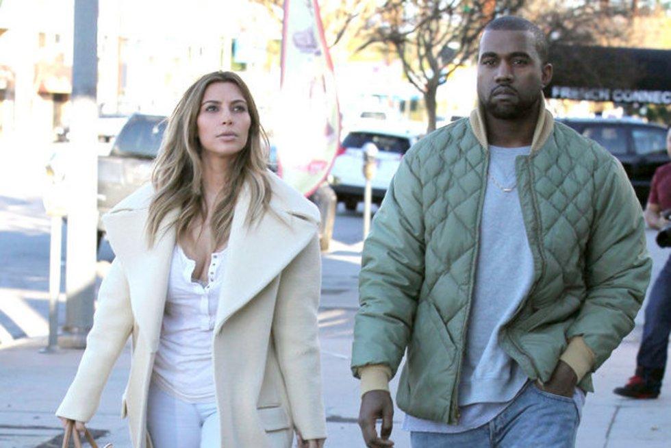 Kim Kardashian ir jos rankinė (nuotr. Alloverpress.ee)