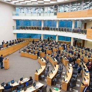 Žiniasklaida: koronavirusu serganti Seimo darbuotoja atsisako nurodyti maršrutus bei savo kontaktus