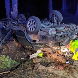 Eismo įvykis Vilniuje: nuo kelio nuvažiavo automobilis, vairuotojas – prispaustas