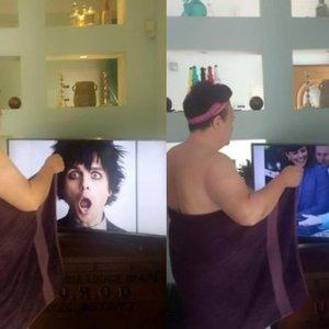 Moteris prieš garsenybes pozuoja tik su rankšluosčiu: reakcija išspaus šypseną