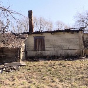Karantinas netrukdo deginti žolės: išdegė apie 130 ha teritorijų, užsiliepsnojo namas