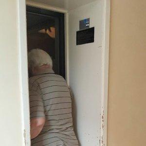 Kita karantino pusė: lietuvius skundžia dėl glėbesčiavimosi ar naudojimosi bendru liftu