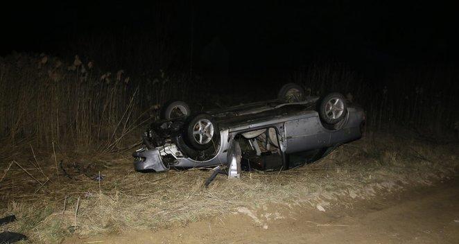 Molėtų rajone į tveninį įvažiavus automobiliui žuvo žmogus