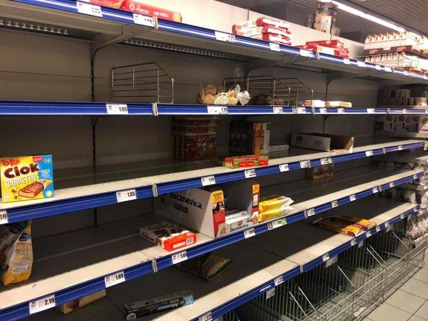 Tuščios Italijos parduotuvių lentynos
