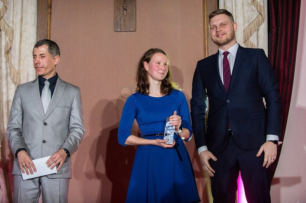 A.Garunkšnytė su apdovanojimu rankose.