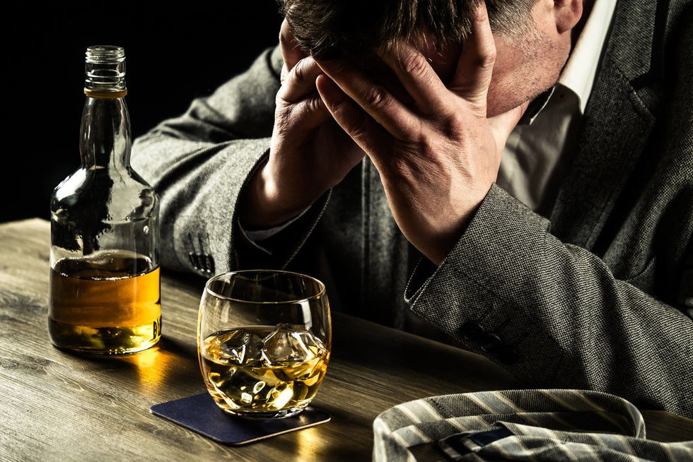 Liūdnas vyras ir alkoholis (nuotr. Fotolia.com)