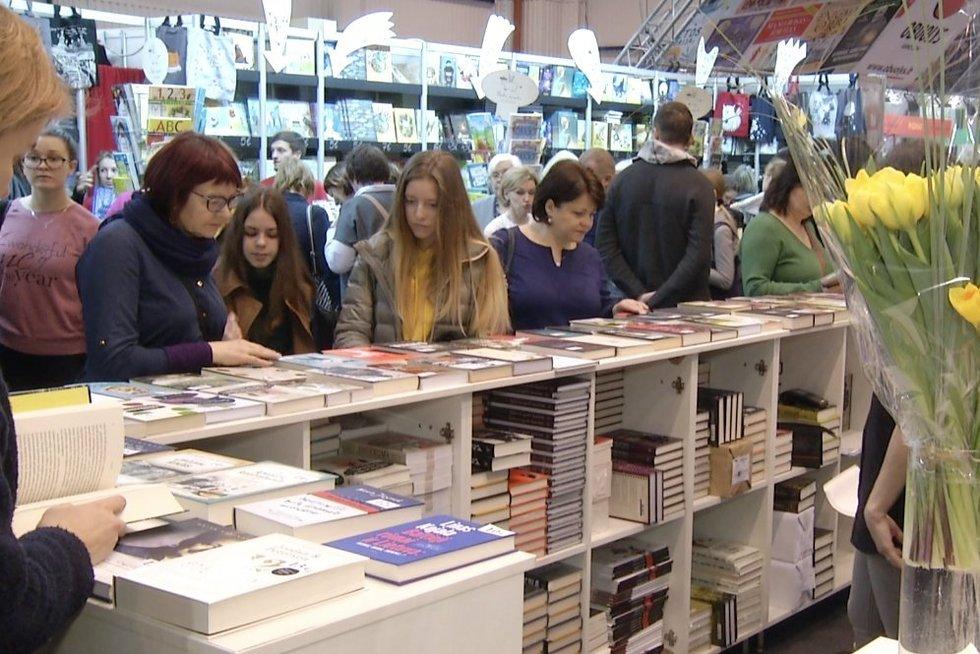 Lietuviai knygų mugėje: leidiniams nepagaili ir kelių šimtų eurų (nuotr. stop kadras)