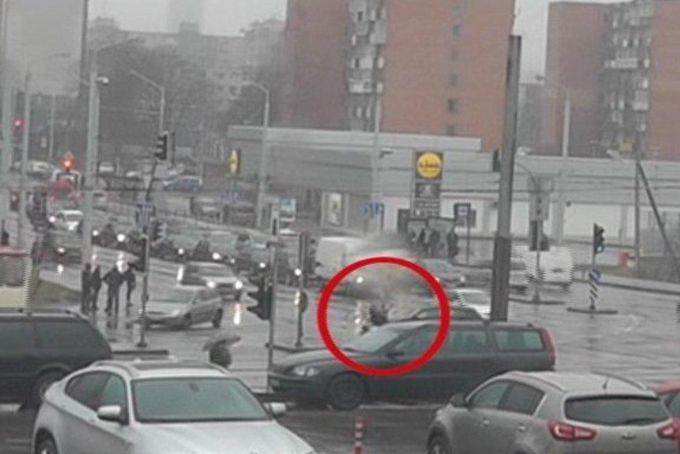 Nufilmuota: jaunuolis su BMW nudaužė dviratininką (nuotr. TV3)