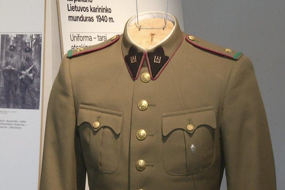 Lietuvoje pristatyta autentiška, atkurta partizano uniforma (nuotr. stop kadras)