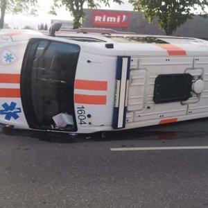 Greitosios pagalbos medikai atvirai papasakojo, kaip Kaune apvirto jų automobilis