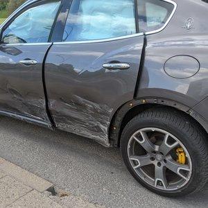 """Neblaivaus vairuotojo šou Vilniuje baigėsi grumtynėmis: rėžėsi į """"Maserati"""" ir bandė sprukti"""