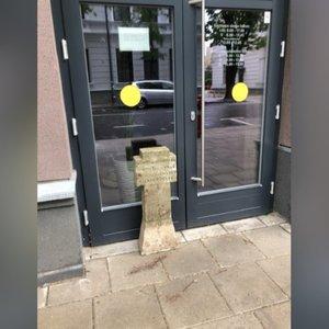 Išpuolis Kaune: antstoliai prie savo kontorų rado sustatytus kryžius