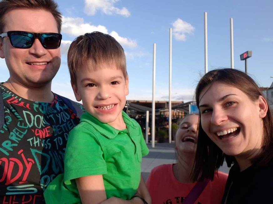 Lukas su mama Giedre, tėčiu Andriumi ir sese Saule