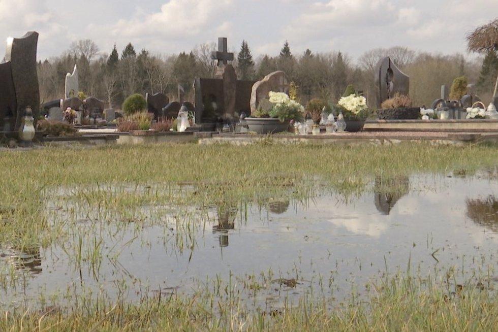 Dešimtmetį trunkanti problema: gyventojai negali tvarkyti artimųjų kapų (nuotr. stop kadras)