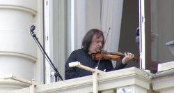 Sostinės senamiesčio balkone koncertą surengė pasaulinio lygio virtuozas