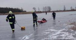 Gelbėtojai griebiasi už galvų: lipti ant ledo dar anksti