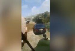 Be pasigailėjimo: ūkininkas pamokė vyrą, kuris paliko automobilį jo laukuose
