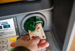Bankas per karantiną pensininkus kviečia atvykti, kitaip paliks be pinigų