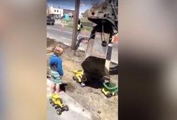 Vaikai šokinėjo iš laimės: statybininkas akimirkai pamiršo savo darbus