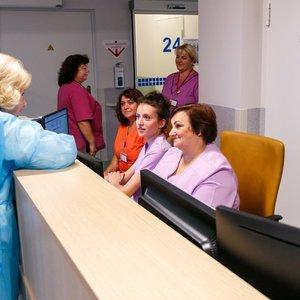 Nauja priėmimo tvarka gydymo įstaigose – kai kur žmonės patenka tik su SMS žinute