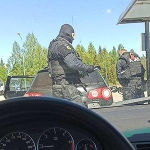 Pareigūnai stabdo automobilius: ieškoma ginkluoto bėglio