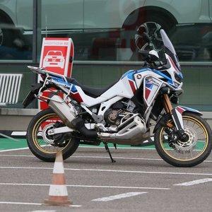 """Bandydamas motociklą """"Hondos"""" atstovybėje klientas apdaužė du visureigius"""