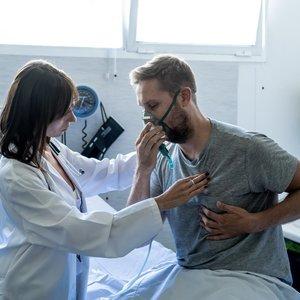 Lietuvos gydytojai nerimauja: kol visas dėmesys Covid-19, plinta kita infekcinė plaučių liga