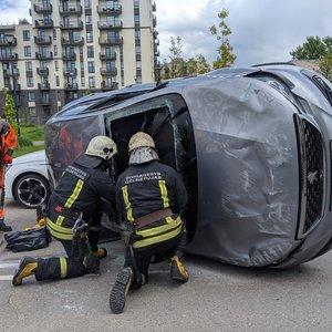 """Girtos moters avarija Vilniuje: po smūgio """"Citybee"""" automobilis apsivertė ant šono"""