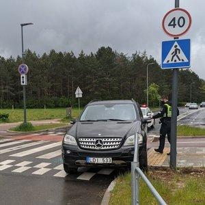 Vilniuje vyras padarė avariją ir užmigo prie vairo, jį vadavo ugniagesiai