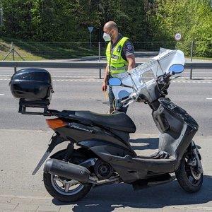 Vilniuje apsivertė motorolerininkas, ieškomas kelią jam užkirtęs vairuotojas