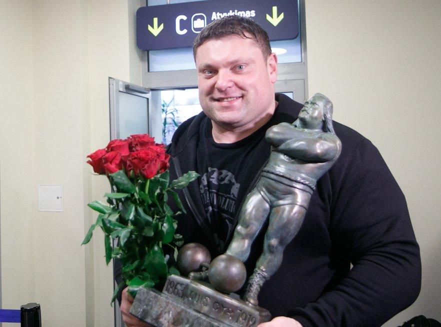 """Žydrūnas Savickas savo """"Arnold Strongman"""" trofėjų kolekciją papildė aštuntu prizu (nuotr. Tv3.lt/Ruslano Kondratjevo)"""