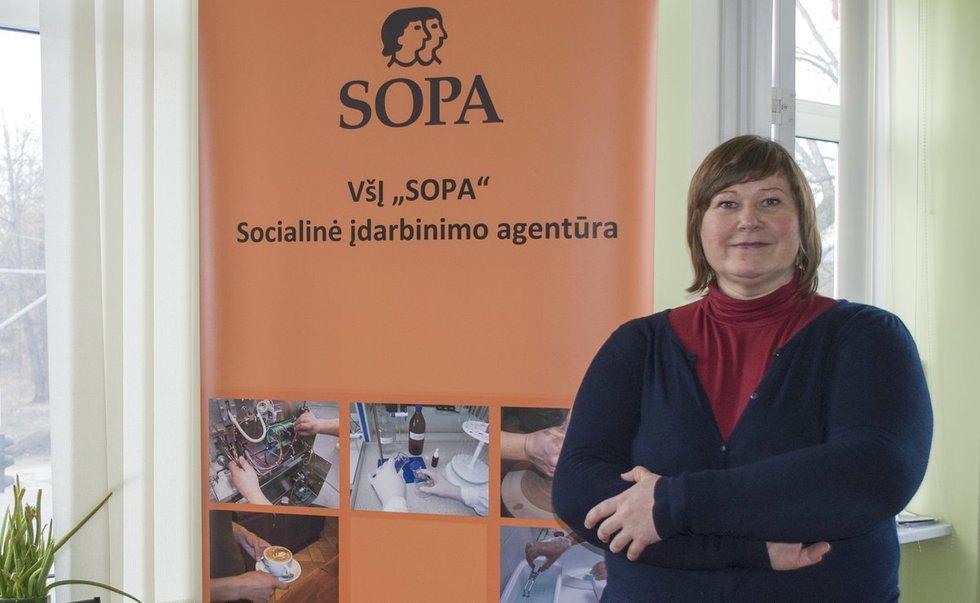 """Socialinėje įdarbinimo agentūroje """"Sopa"""" dirbanti Inga Šukaitienė sako, kad Lietuvoje darbdaviai vis dar baiminasi priimti neįgalų žmogų. (Linos Zenkevičiūtės nuotr.)"""