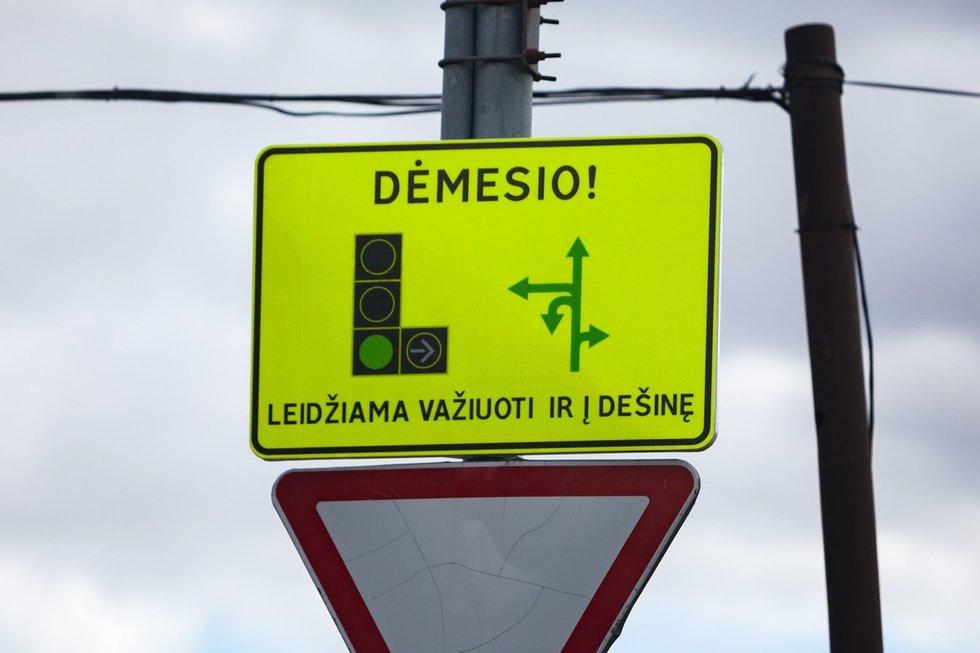 Dalyje Vilniaus sankryžų – informaciniai skydai atliekantiems posūkius į dešinę (nuotr. S. Žiūra)