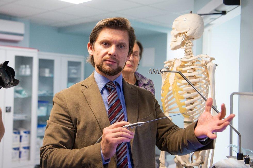Anestiozoloijos, intensyvios terapijos ir skausmo gydymo centro, skausmo medicinos centro skyriaus vedėjas, gydytojas Alfredas Vaitkus parodė čia atliekamas procedūras
