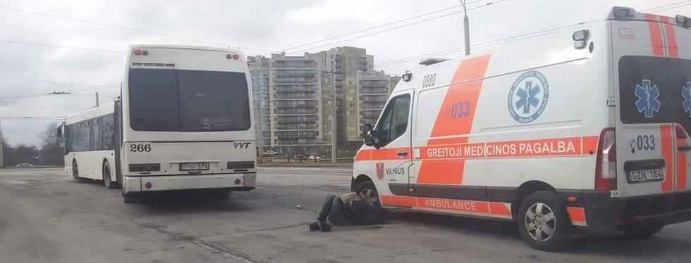 Žmogus guli gatvėje (nuotr. skaitytojo)