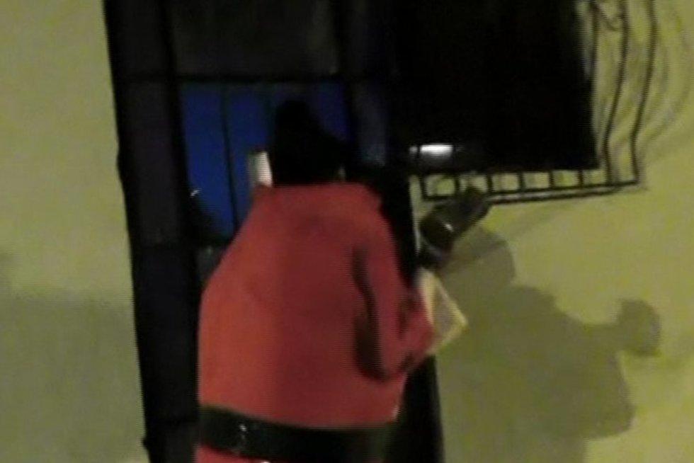 Kalėdų seneliais persirengę pareigūnai lankė narkotikų prekeivių namus