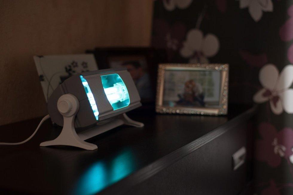 Nuo koronaviruso siūloma saugotis ultravioletine lempa (nuotr. shutterstock.com)