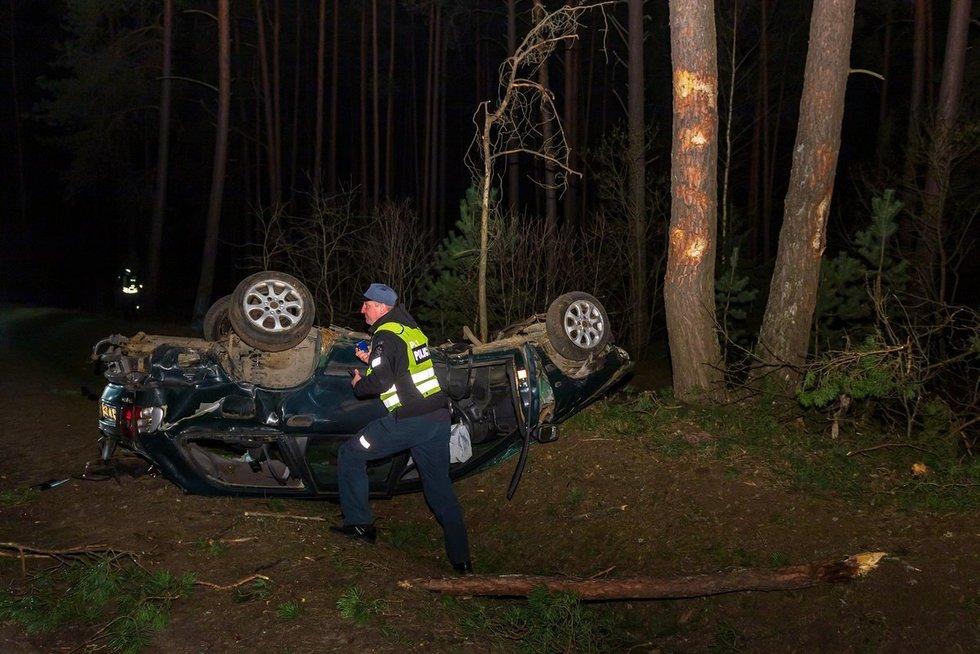 """Nemenčinės plente girti vaikinai su """"Volvo"""" rėžėsi į medžius ir apvirto (nuotr. Broniaus Jablonsko)"""