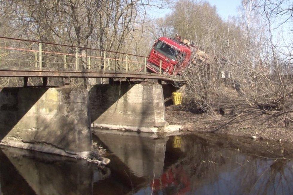 Neeilinė avarija: papasakojo, kaip Panevėžio rajone vilkikas įlūžo važiuodamas per tiltą (nuotr. stop kadras)