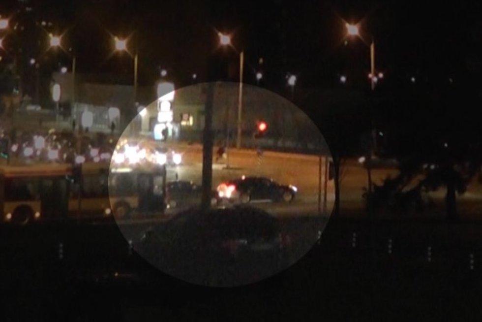 išskirtiniai kadrai: su sirenomis važiuojant policijai susidūrė du automobiliai