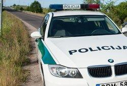 Baisi avarija šalia Kretingos: girtas vairuotojas rėžėsi į medį, du jo keleiviai – ligoninėje