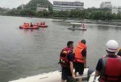Baisi tragedija Kinijoje: į ežerą nugarmėjo autobusas su beveik 40 keleivių