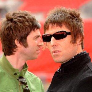 """Neįtikėtina brolių rokerių iš """"Oasis"""" istorija: kodėl amžini nesutarimai kartais pasibaigdavo net fiziniu smurtu?"""