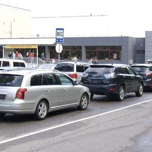 """""""Regitros"""" skyrių šturmas: vairuotojai eilėje automobilius paliko laukti jau iš vakaro"""