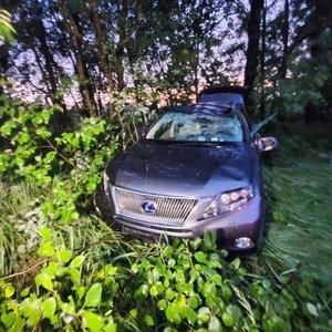 Vilniaus rajone girtas vairuotojas nulėkė nuo kelio ir spruko iš įvykio vietos
