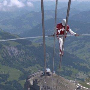 Šveicarų akrobatas pasiekė tris pasaulio rekordus: vaizdai gniaužia kvapą