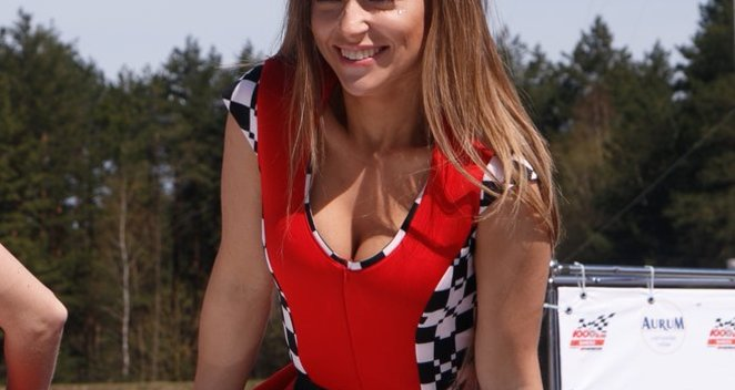 """Tarp """"Eneos 1006 km lenktynių"""" merginų – grožiu pribloškusi Monika Šalčiūtė"""
