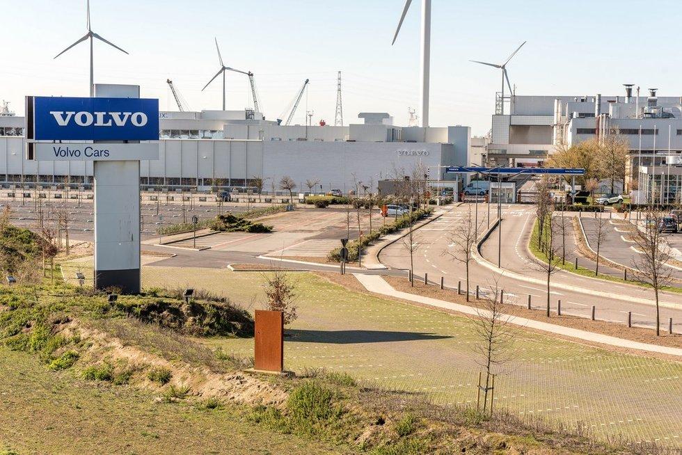 """Didžiausia Švedijos mašinų gamykla """"Volvo"""" turėjo pristabdyti veiklą"""