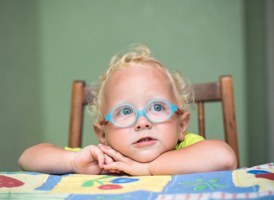 Vaikas su akiniais (nuotr. Fotolia.com)