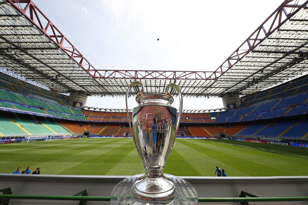 UEFA Čempionų lygos taurė Milano 'San Siro' stadione